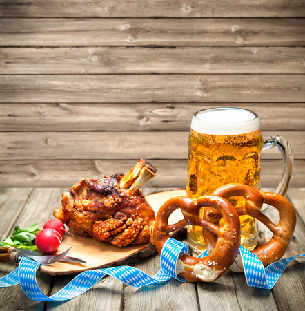 Roasted pork knuckle with pretzels and beer. Oktoberfest Archivio Fotografico