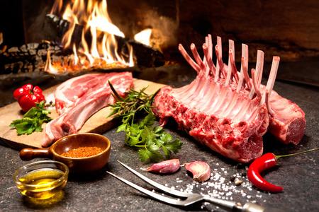 暖炉の前で調味料と子羊のラック