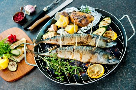 石の背景に焼きたてのジャガイモとサバの焼き魚
