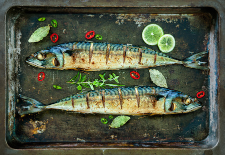 Baked mackerel fish with lemon and spices on a tray Stok Fotoğraf - 40964232