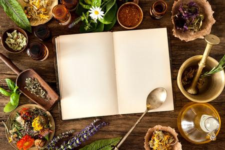 medicamentos: La medicina natural, a base de hierbas, medicamentos y viejo libro con copia espacio para el texto Foto de archivo