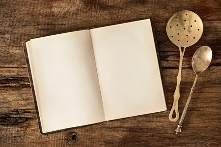 빈 메뉴 또는 요리 책과 나무 테이블에 빈티지 주방 용품