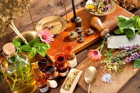 medicina natural: Antiguas medicina natural, a base de hierbas, viales y la escala sobre fondo de madera Foto de archivo