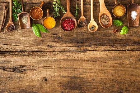 madera: Varias especias coloridas en mesa de madera