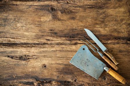 cocina antigua: Utensilios de cocina de la vendimia en la mesa de madera