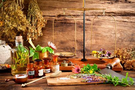 Oude natuurlijke geneeskunde, kruiden, flacons en de schaal op houten achtergrond Stockfoto