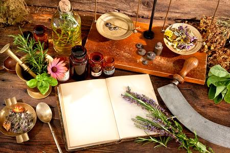 De natuurlijke geneeskunde, kruiden, medicijnen en met een kopie ruimte voor uw tekst oud boek Stockfoto