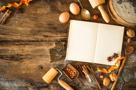 Baking concept achtergrond met kookboek, ingrediënten en gebruiksvoorwerpen voor kerstkoekjes Stockfoto