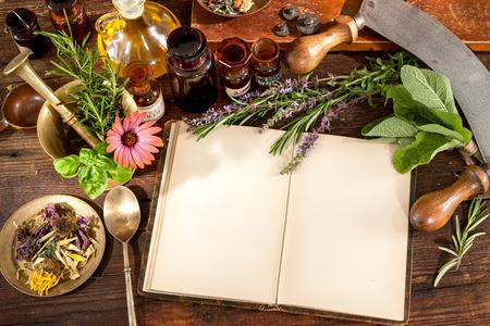 自然医学、ハーブ、医薬品、テキストのコピー スペースと古い本
