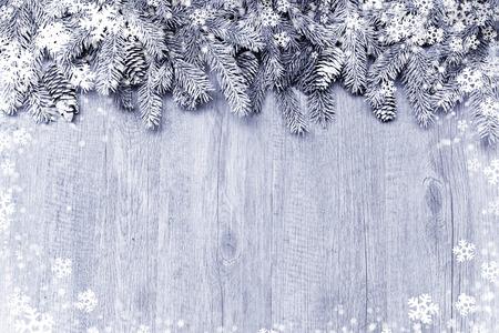 木製の背景の装飾が付いて雪に覆われたモミの木の枝 写真素材