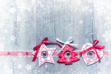 motivos navideños: Adornos de Navidad sobre fondo de madera cubierto de nieve