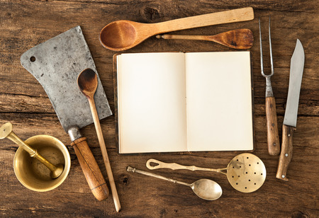Lege notebook of kookboek en vintage keukengerei op houten tafel Stockfoto