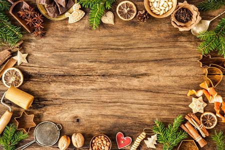 Backen-Konzept-Hintergrund mit Gewürzen und Utensilien für Weihnachtsplätzchen