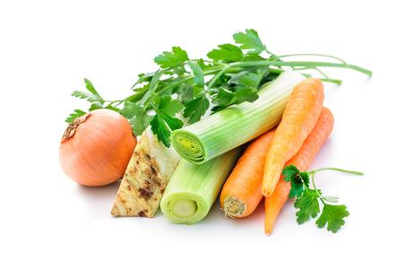 zanahoria: Mirepoix. Ingredientes para el caldo de verduras, las zanahorias, la cebolla, el puerro, el apio, el perejil en el fondo blanco