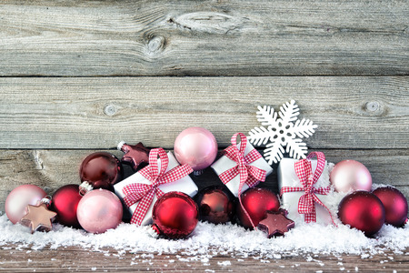 Composición de la Navidad con las bolas de colores y cajas de regalo en la nieve