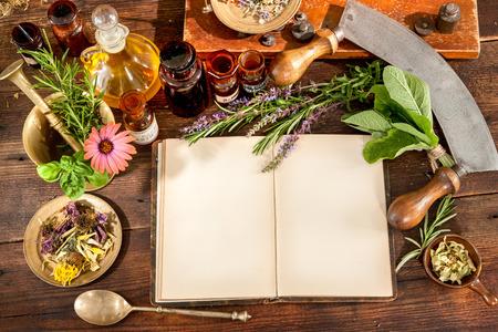 mesa de madera: La medicina natural, a base de hierbas, medicamentos y viejo libro con copia espacio para el texto Foto de archivo