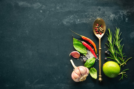 speisekarte: Kräuter und Gewürze mit alten Metall-Löffel auf Schiefer Hintergrund