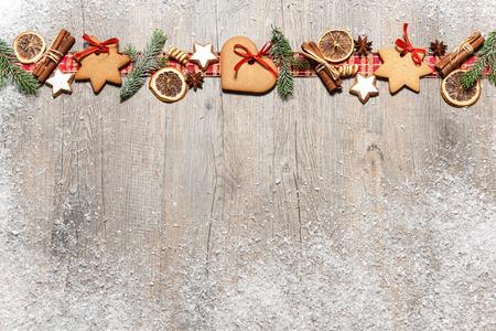 mo�os navide�os: Fondo de Navidad con galletas, ramas de abeto y especias en la antigua tabla de madera de grunge Foto de archivo