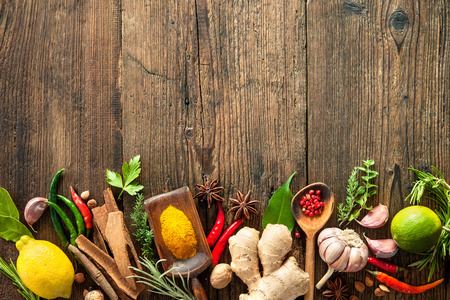 legumes: Diverses herbes et épices sur table en bois Banque d'images