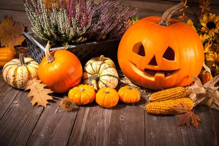 Herfst Stilleven met Halloween pompoenen op oude houten achtergrond Stockfoto