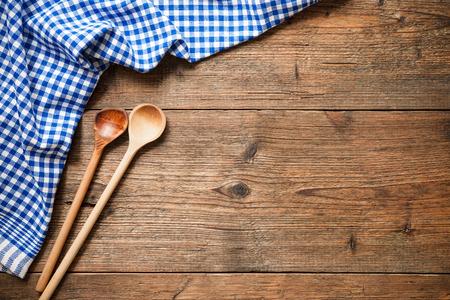 ustensiles de cuisine: Ustensiles de cuisine sur la table en bois avec une nappe à carreaux bleu Banque d'images