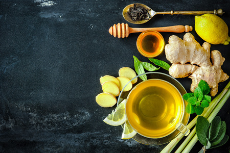 medicamentos: Taza de t� de jengibre con lim�n y miel en la placa de pizarra