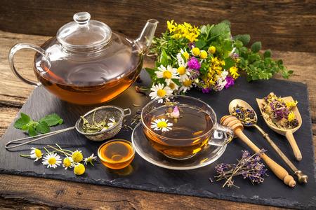 fiori di lavanda: Tazza di t� di erbe con miele Archivio Fotografico