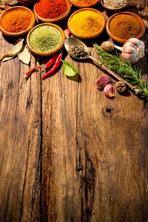 Różne zioła i przyprawy na drewnianym stole