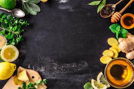 Ingredientes para el té de jengibre con limón y miel en la placa de pizarra