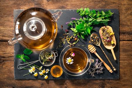 plantas medicinales: Taza de té de hierbas con miel Foto de archivo