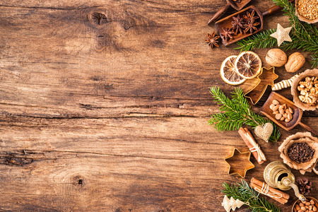galletas de navidad: Concepto de fondo hornear con especias y utensilios para las galletas de Navidad Foto de archivo