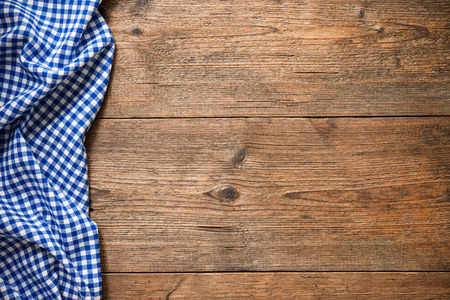 Blue checkered tablecloth on wooden table Banque d'images