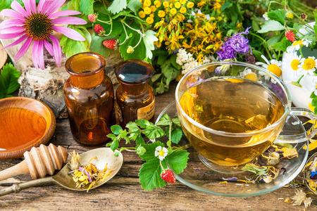Tasse de tisane de fleurs sauvages et herbes diverses