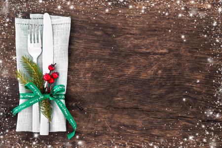 クリスマス クリスマス松の枝、リボンおよび弓とテーブルの場所の設定。クリスマスの休日の背景