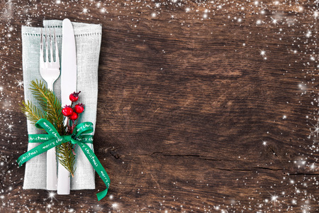 Christmas table place setting with christmas pine branches,ribbon and bow. Christmas holidays background Stockfoto
