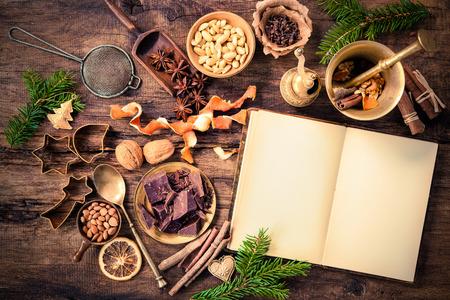 Baking concept achtergrond met kookboek, kruiden en gebruiksvoorwerpen voor kerstkoekjes