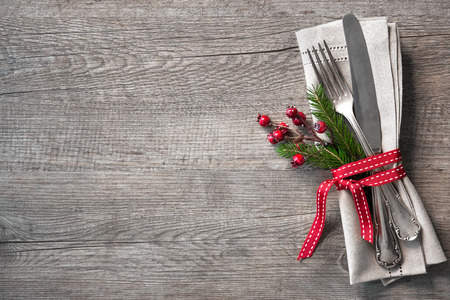 comida de navidad: Lugar de la tabla ajuste de Navidad con ramas de pino de navidad, cinta y el arco. Días de fiesta de Navidad de fondo