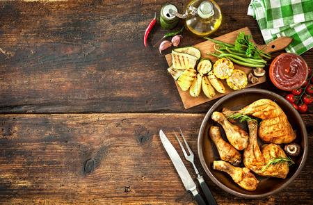 Piernas de pollo a la plancha con verduras Foto de archivo - 43659809