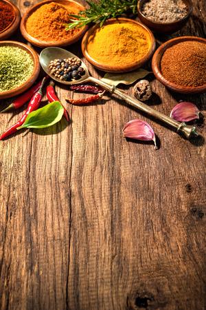 Varias hierbas y especias en la mesa de madera