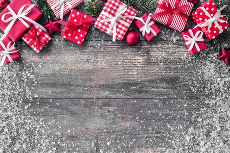 クリスマス装飾と木の板にギフト ボックスと背景