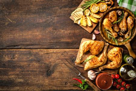 야채와 구운 닭 다리