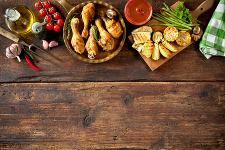 Gegrilde kip drumsticks met groenten Stockfoto - 43659788
