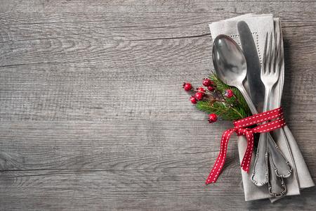 natale: Tavola di Natale impostazione luogo con rami di pino di Natale, nastro e fiocco. Vacanze di Natale sfondo