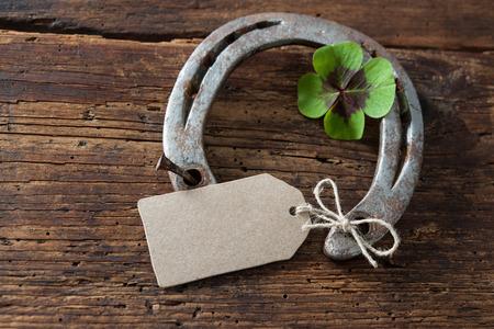 St. Patricks dag, geluksbrengers. Vier klavertje en een hoefijzer op een houten bord