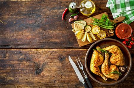 barbecue: Piernas de pollo a la plancha con verduras