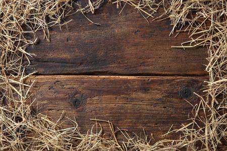 藁の上にヴィンテージの木製ボードからフレーム