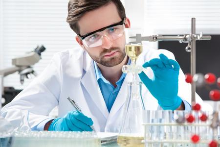 実験室で働く科学者 写真素材