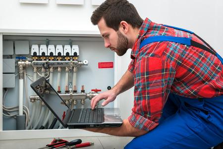 mantenimiento: Técnico en mantenimiento de la calefacción por suelo radiante Foto de archivo
