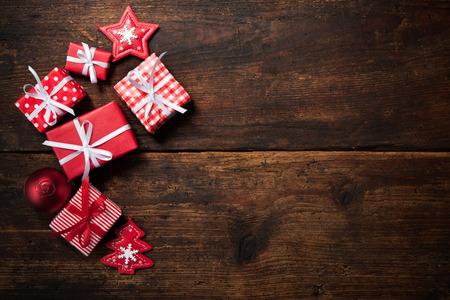 Kerst cadeau dozen en decoratie over grunge houten achtergrond