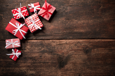 Geschenkdozen over donkere houten achtergrond